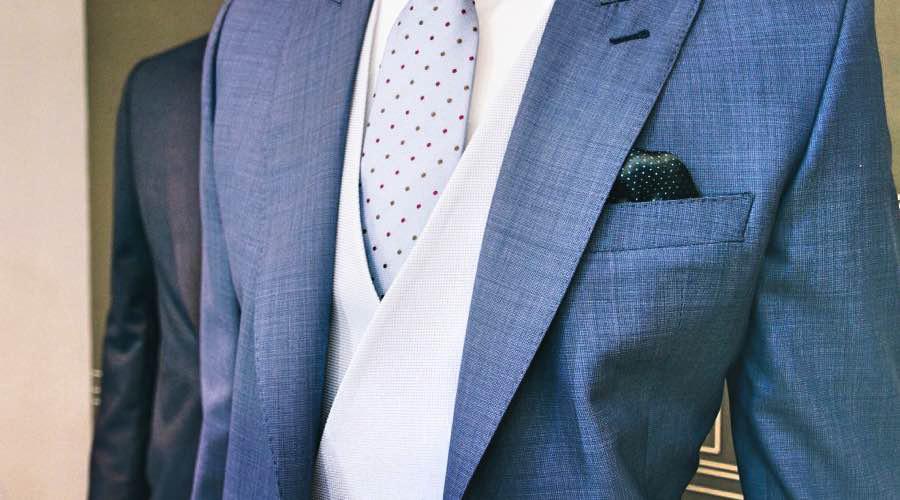 Traje sastre para hombre, en color azul, con chaleco claro cruzado.