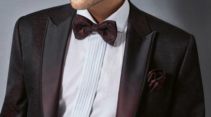 Traje de esmoquin en rojo oscuro, de Eduardo Bosch.