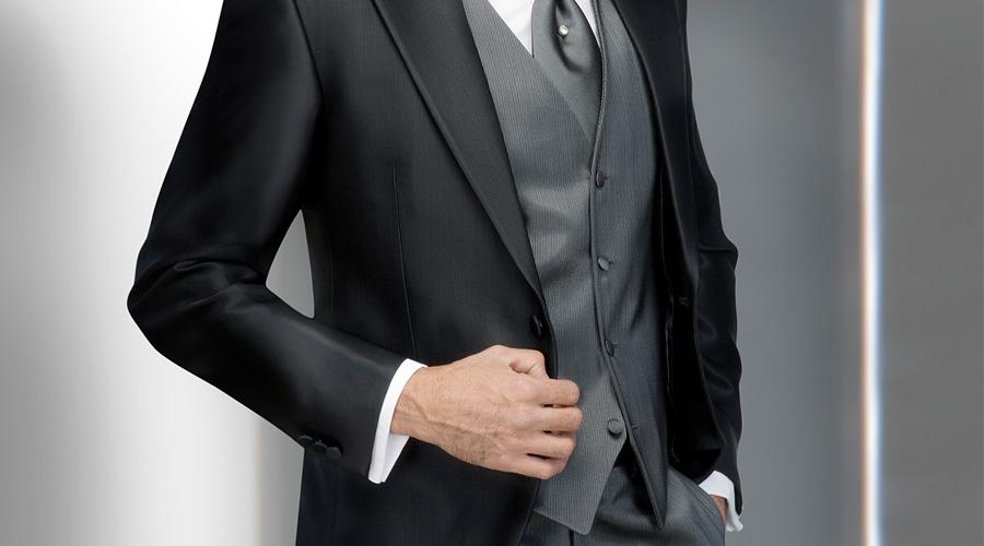Traje de padrino en frac negro con chaleco gris, de Enzo Romano.