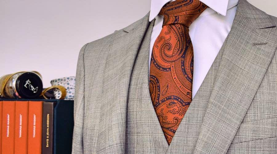 """Traje a medida en cuadro de principales de Gales, en gris, con corbata de estampado """"chasimire"""""""