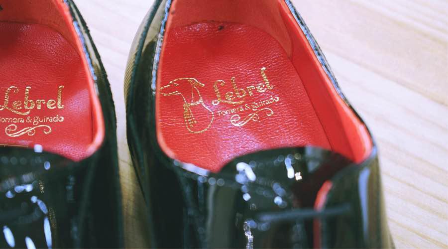 Detalle del interior de unos zapatos de ceremonia, en charol negro, de Lebre.