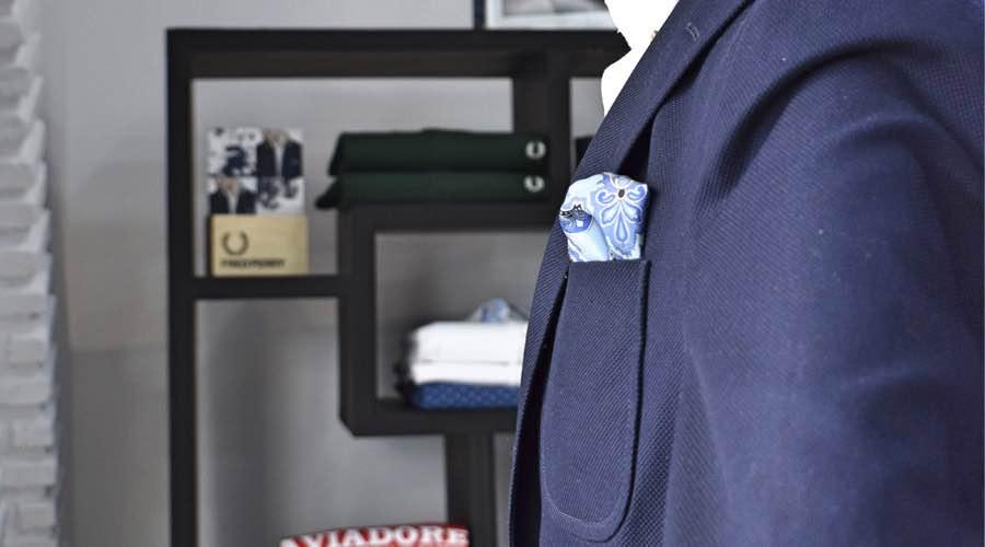 Detalle de chaqueta para hombre con pañuelo Lebrel Casual.
