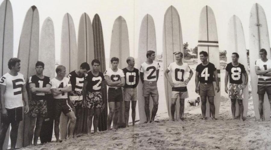 Uno de los primeros grupos de chicos en hacer surf, California.