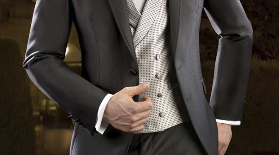 Levita corta en gris oscuro con chaleco recto, y de doble pecho, de Enzo Romano.