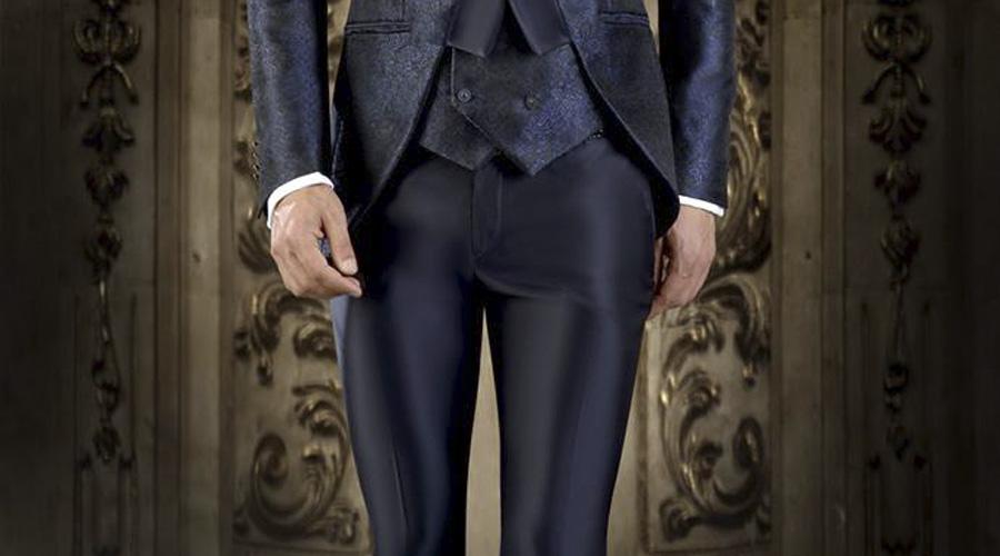 Pantalón fit pegado a la pierna, con levita corta brocada, de Enzo Romano 2017.