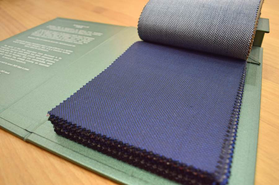 Muestrario de tejido para confeccionar trajes en ojo de perdiz.