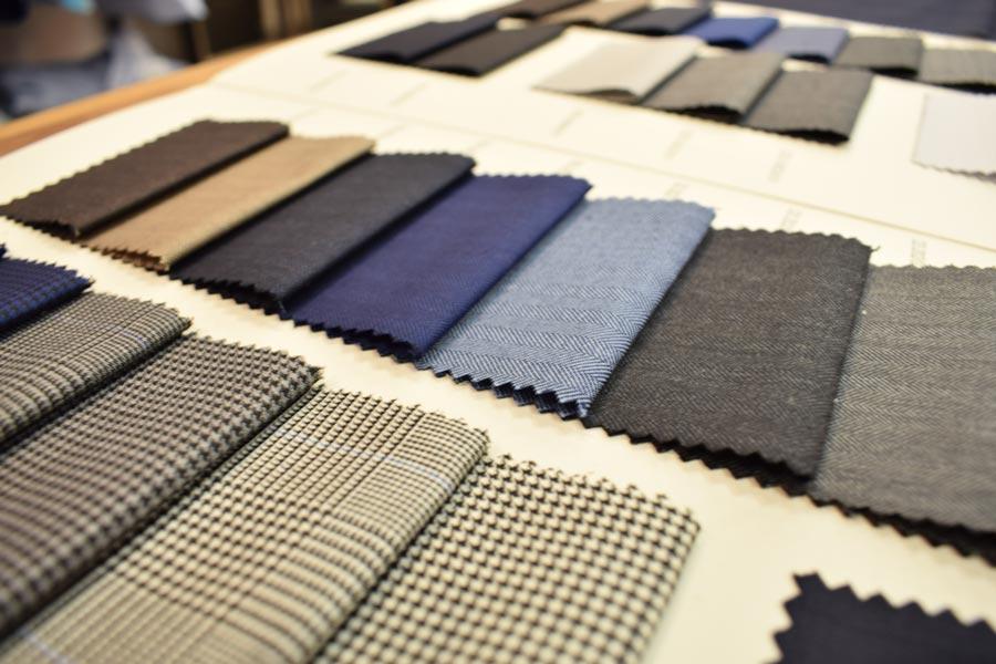 Muestrario de tejidos para sastrería de hombre, de cuadros de gales y espigas.