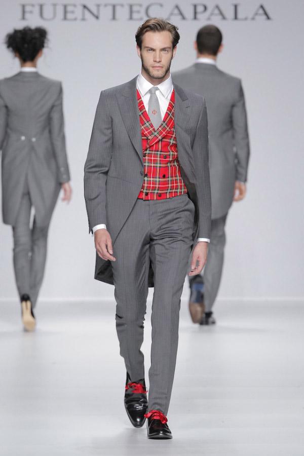 Traje con levita y pantalón en gris y rayas; chaleco en tartán escocés, de Fuentecapala.