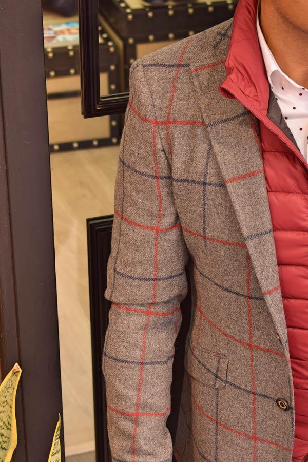 Detalle de chaqueta a cuadros de el Ganso.