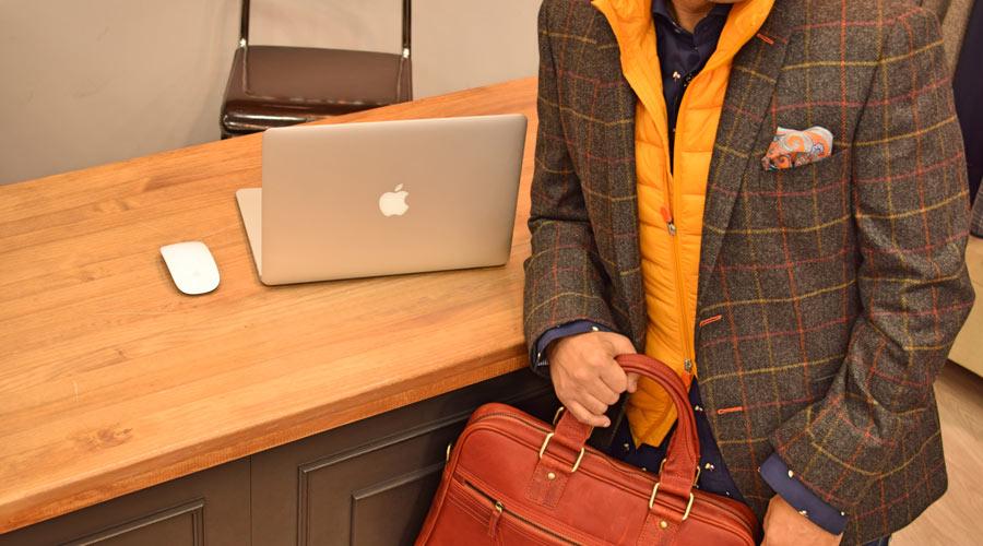 Americana de cuadros, de Lebrel, con camisa de Do Rego & Novoa y chaleco naranja.