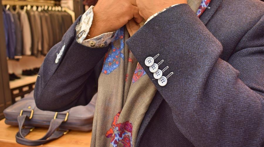Detalle de la abotonadura de la chaqueta de caballero.