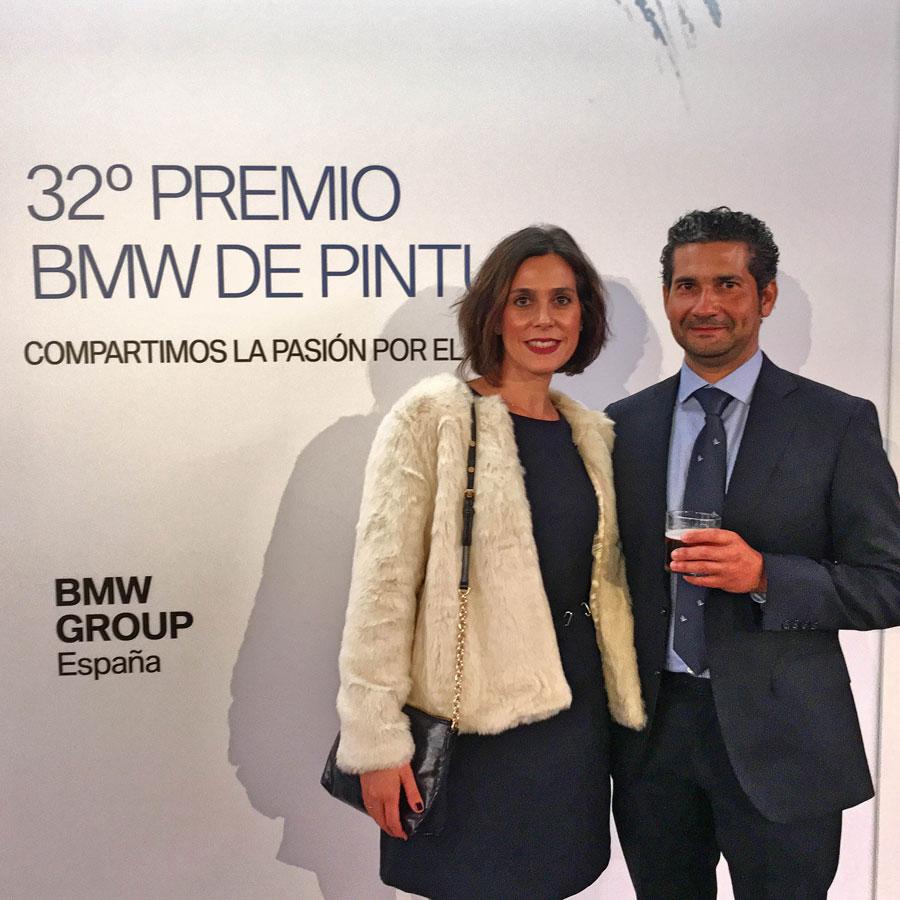 Álvaro, con su mujer, llevando un traje de Lebrel en lana super 100 Marsotto.