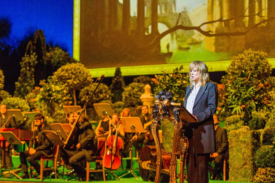 Enma Suárez presentando a la Filarmónica de Sevilla, en el Teatro Real de Madrid.