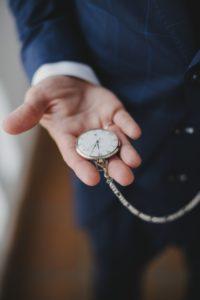 Detalle reloj de bolsillo novio.