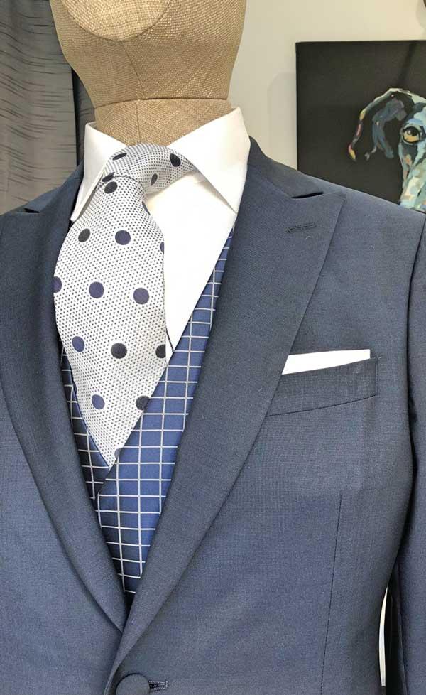 Detalle de corbata y levita.
