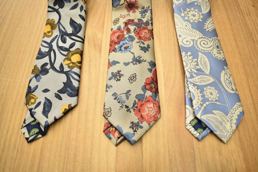 Detalle de las corbatas de estampado floral.